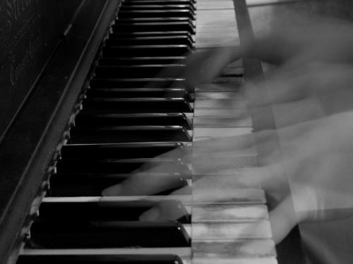 photo_crosseyedpianist1